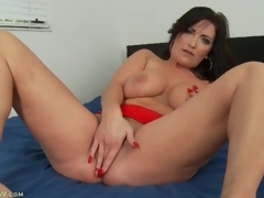 Curvy solo milf masturbates and fingers in bed