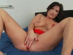 Curvy solo milf masturbates and fingers in bed